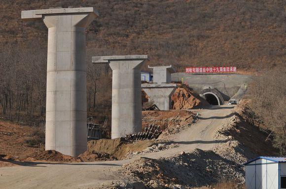 线路起自在建赤大白铁路大木头沟站,向东南经赤峰市,朝阳市,葫芦岛市