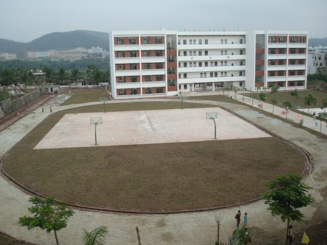 200米环形跑道,中间设两个标准篮球场