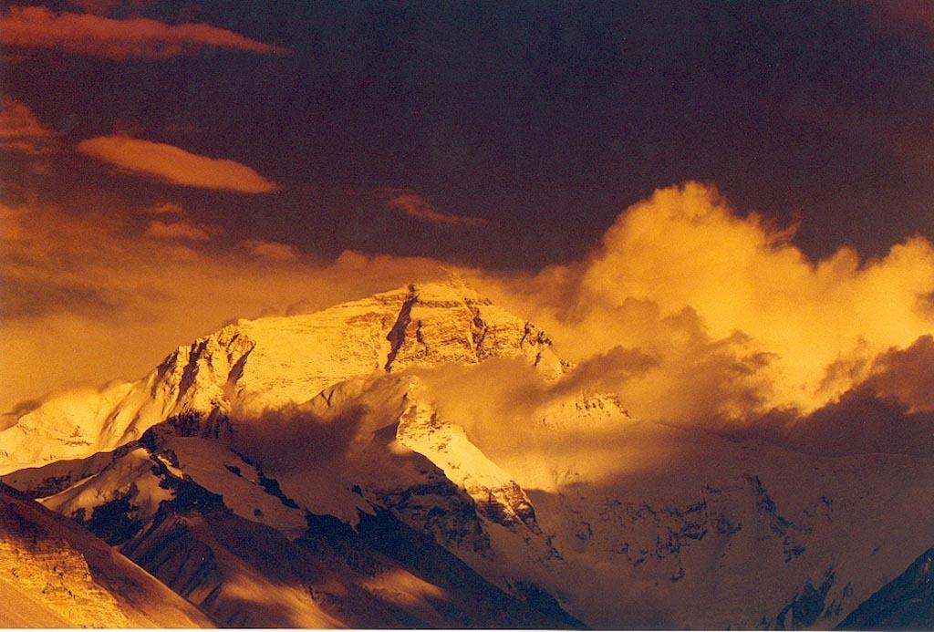 梅里雪山北与西藏阿冬格尼山,南与碧罗雪山相连接,海拔6000米以上的